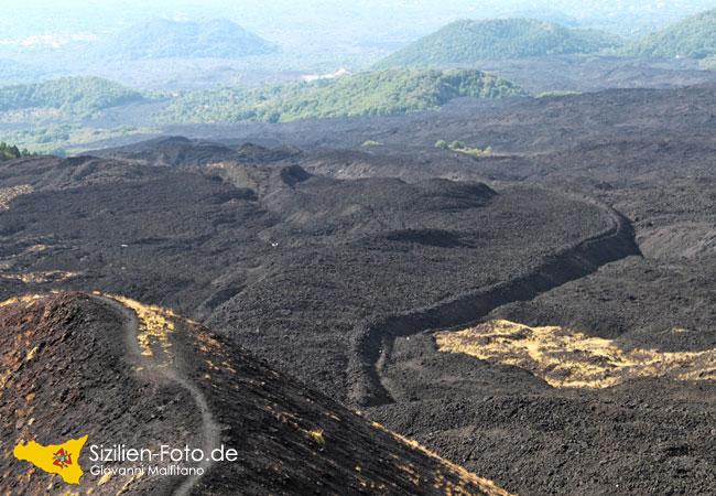 Abgekühlter Lavastrom vom Ätna Vulkanausbruch 2002