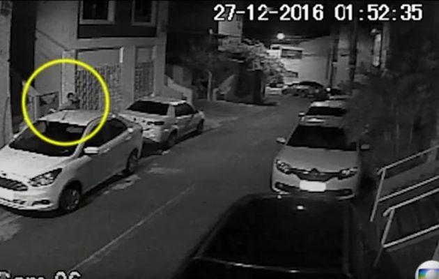 Βίντεο σοκ: Η στιγμή που μεταφέρουν το πτώμα του πρέσβη Αμοιρίδη (βίντεο)