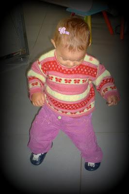 bébé commence à marcher avec une barrette bébé chouette et papillon