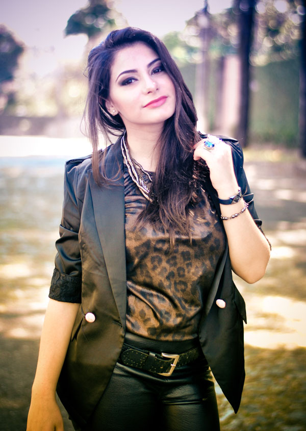 look rock - calça de couro - blazer preto - blusa estampa animal print de onça