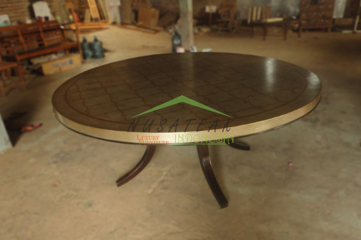 Kunti Round Dining Table in Gold Leaf