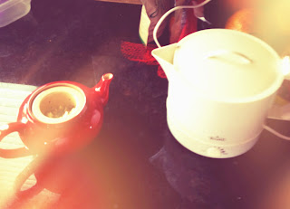 tea making with infuser teapot