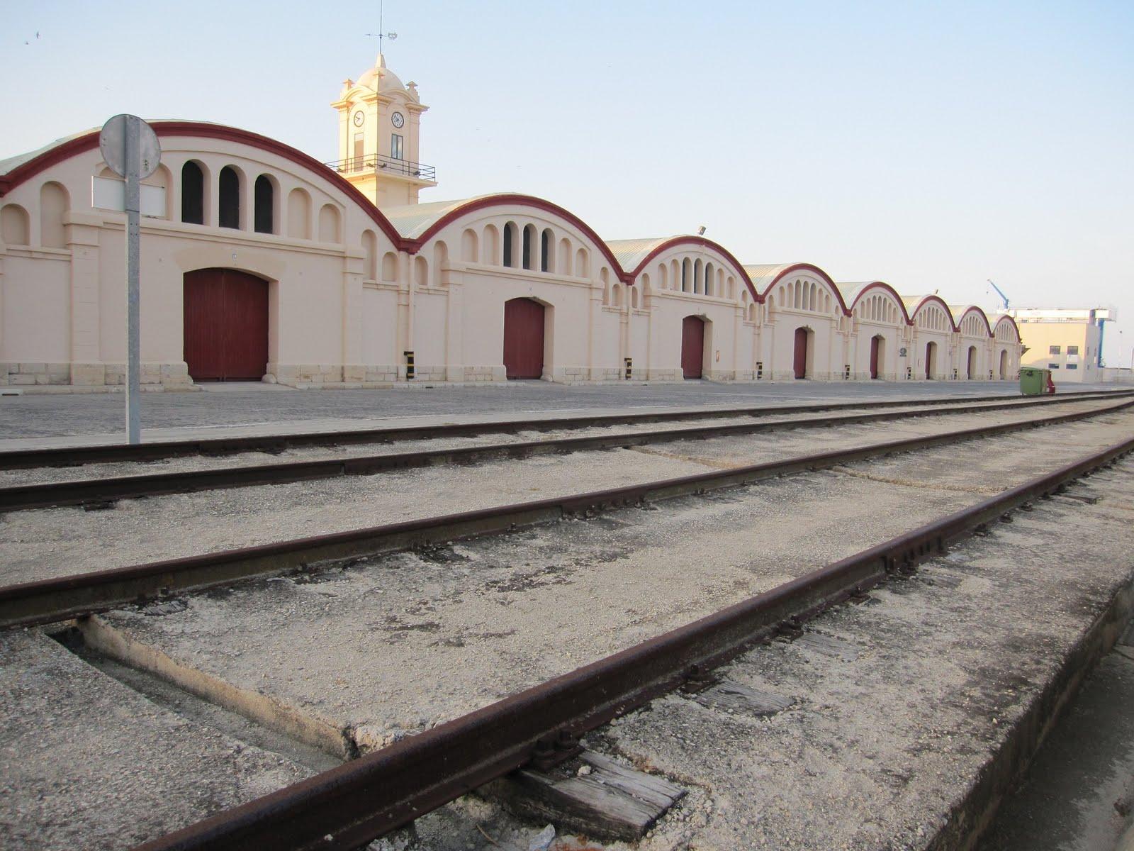 Vies del tren al port de Gandia. Al fons, els magatzems