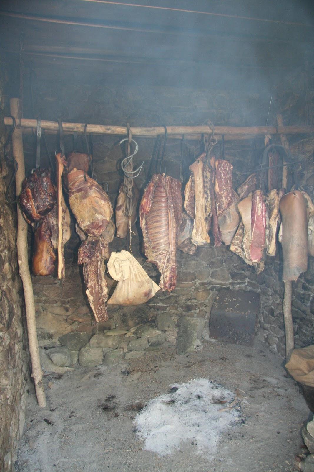 http://1.bp.blogspot.com/-ZrnK19gKSBk/T70bJ44yGnI/AAAAAAAAAwA/7Br_JgnfMfo/s1600/Smoke%2BHouse%2Binterior.jpg