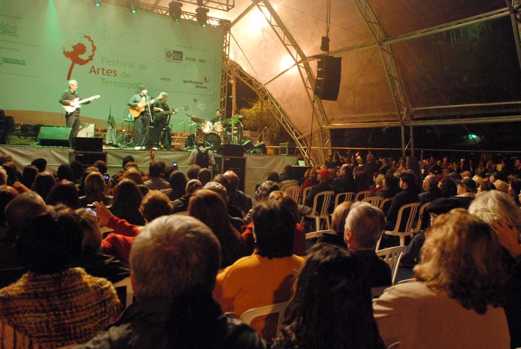 Festival de Artes de Teresópolis: público canta em coro grandes sucessos de João Bosco