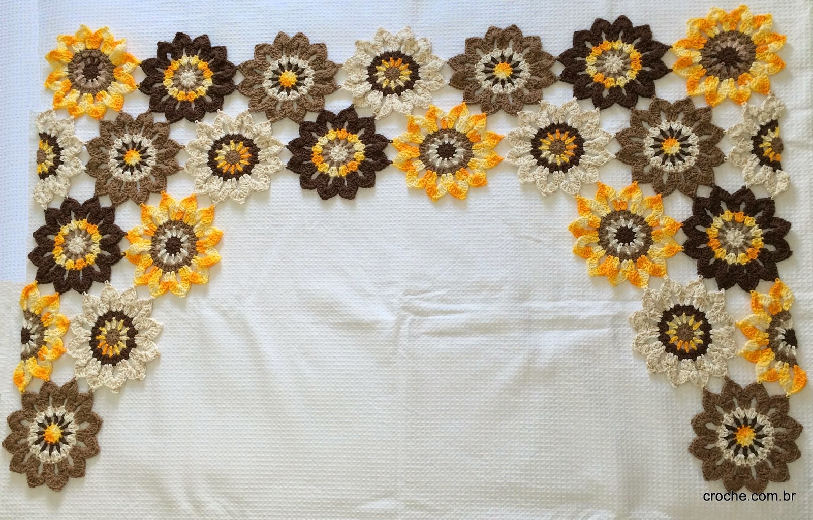 Cortina de flores em crochê confeccionada com barbante barroco multicolor da círculo