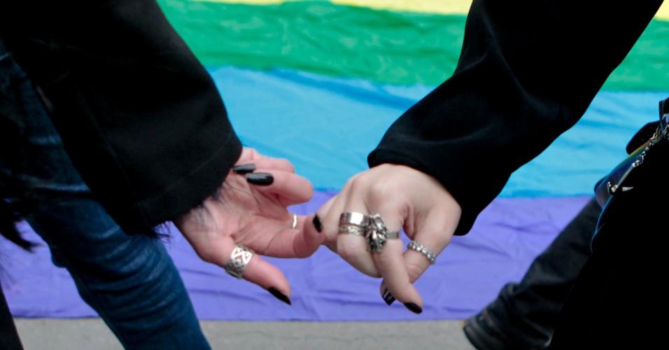 Um dia antes da Parada do Orgulho LGBT em São Paulo, pessoas se reúnem na avenida Paulista para a Caminhada das Lésbicas e Bissexuais. O protesto contra a homofobia, realizado nas imediações da avenida Paulista, já está em sua décima edição (Foto: Fernando Donasci)