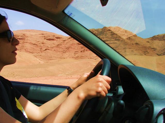 in auto nel deserto