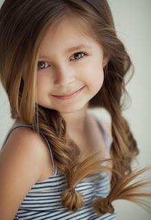 Model rambut panjang bergelombang anak perempuan