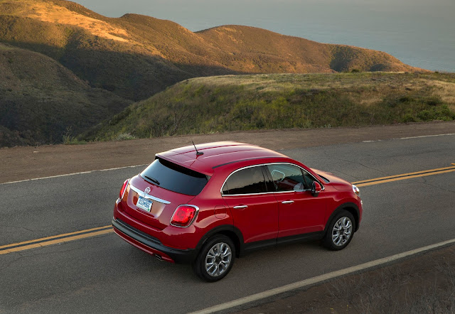 Rear 3/4 view of 2016 Fiat 500X