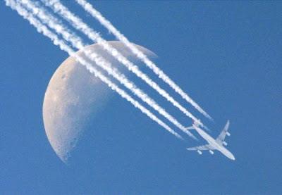 ¿Cómo se forman las estelas de los aviones?
