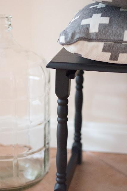 Beistelltisch schwarz Kissen mit Kreuzen grosse Glasflache diy blog