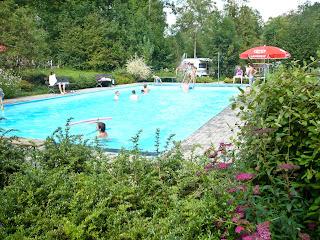 Bei sommerlichen Temperaturen ist das Schwimmbad auf dem Campingplatz immer gut besucht