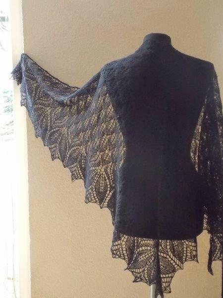 TE KOOP: extra grote wollen zwarte sjaal.