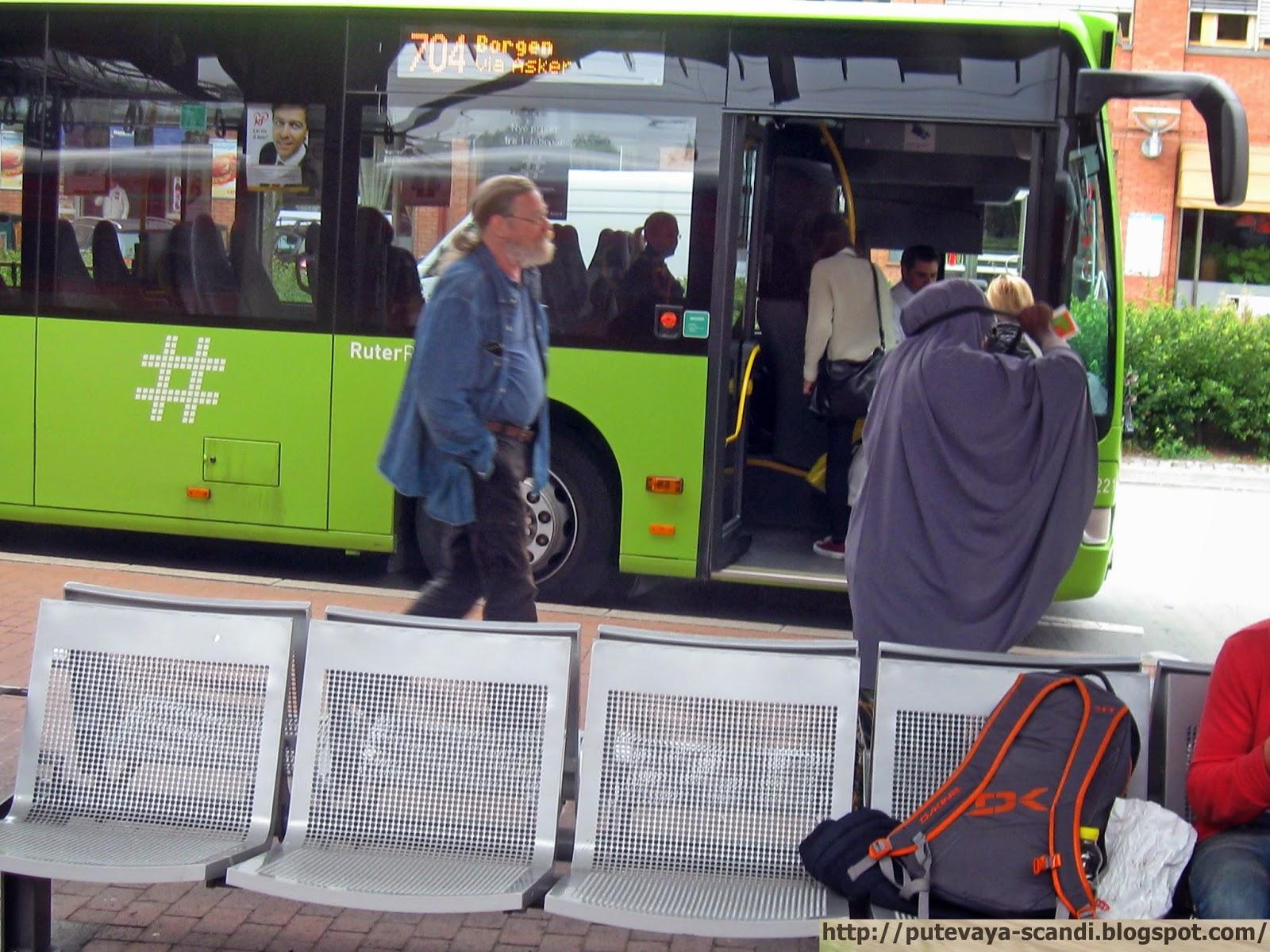 красочный местный автобус