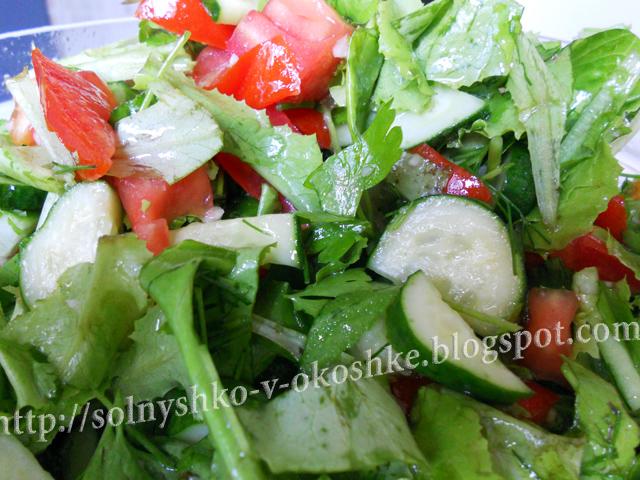 Салат из листьев садового салата и свежих овощей