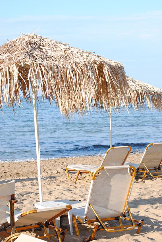 Straw umbrellas in Malia beach, Crete | My Paradissi ©Eleni Psyllaki