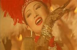 diosa  Gong Li cantando en un escena del film La Reina de Shanghay