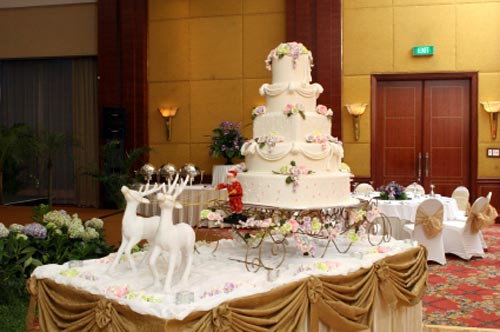 The Christmas theme wedding cake pictures shown below may spur your