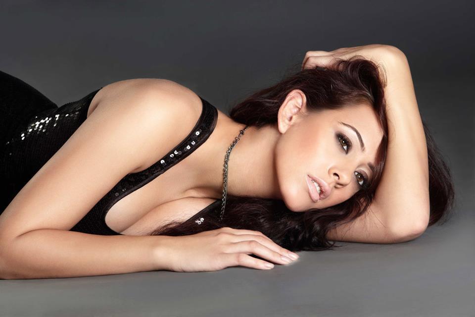 Desi Shotz Hazel Keech Hot N Milky Cleavage Thigh Show In Latest