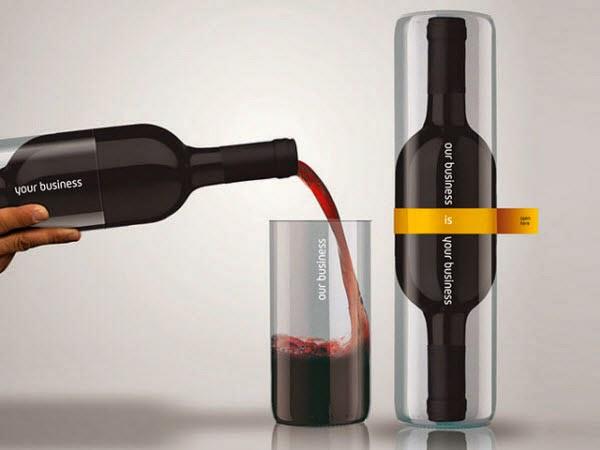 Garrafa de vinho que vem junto com um copo para servir.