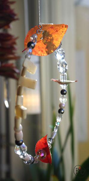 höstpyssel med pärlor och löv