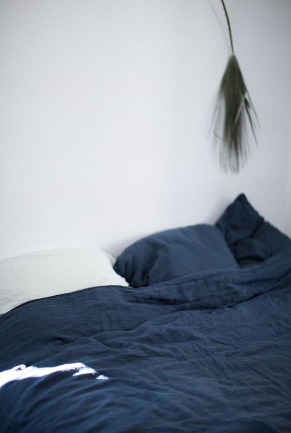 Dark blue details in the bedroom | Image via Ledansla