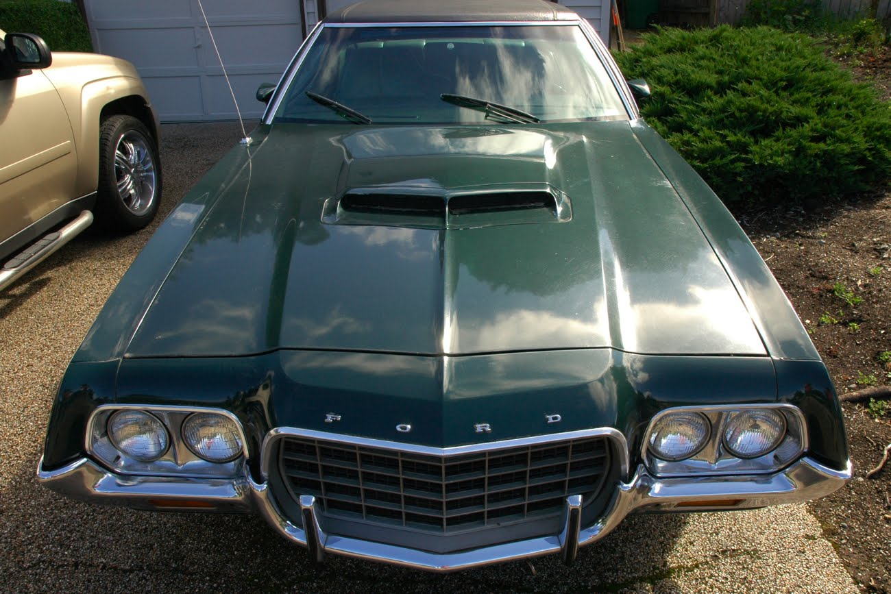 OLD PARKED CARS.: 1972 Ford Gran Torino Sport.
