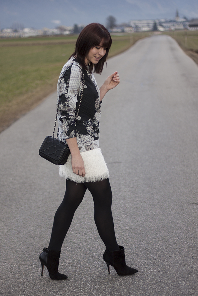 outfit-who-is-mocca-fransenrock-federrock-pullover-barock-mango-pumps-statement-kette