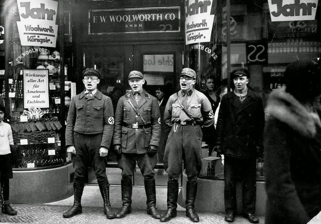Nazis cantando para fomentar el boicot a los negocios judíos