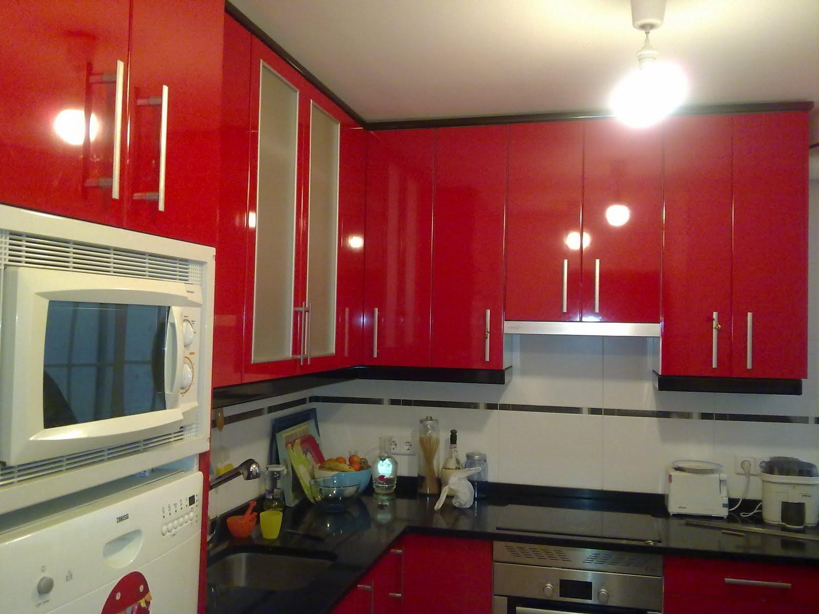 Laminado brillo rojo ferrari encimera granito negro for Cocinas ferrati