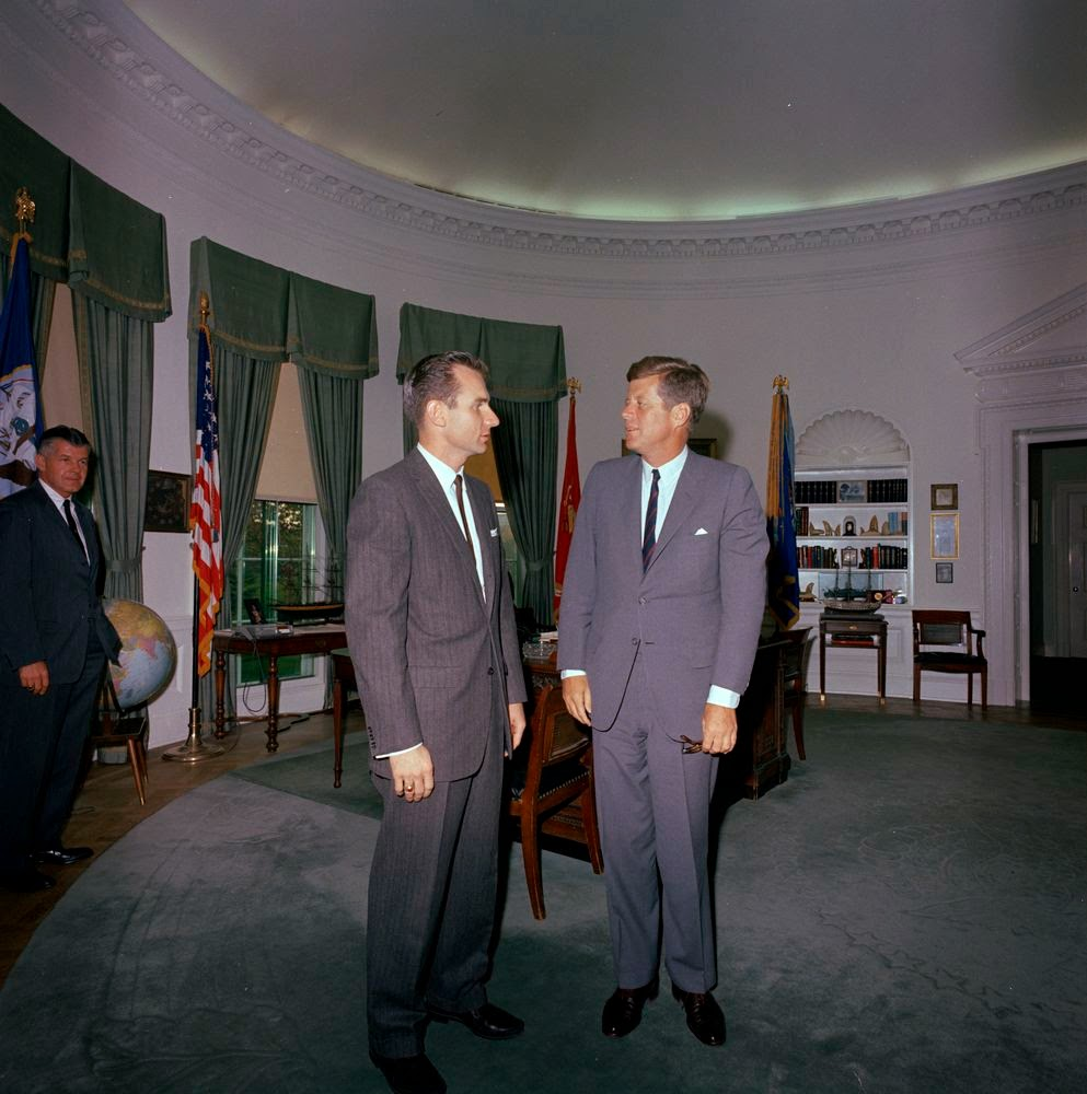 10/17/63: JFK MEETS AGENT BILL STRAUGHN AS SAIC BEHN LOOKS ON