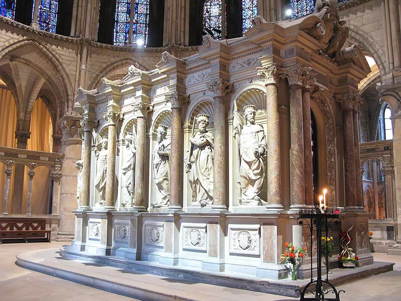 Estatuas de los Pares da Francia alrededor de la tumba de San Remigio, Reims