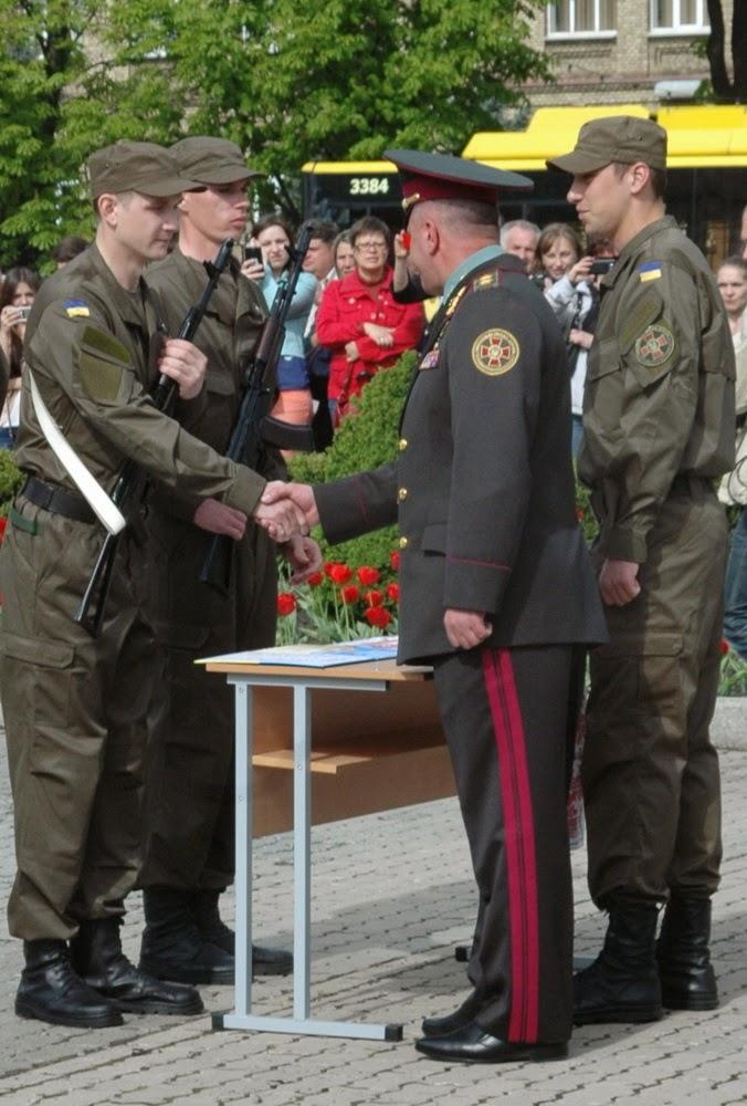 Фото Виталия Бабенко: рукопожатие генерала с новобранцем