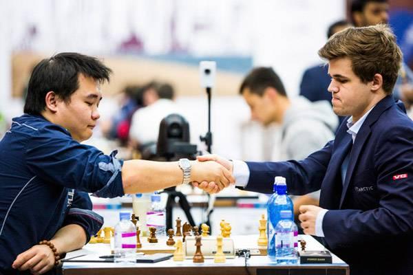Ronde 5 : Li Chao abandonne au 36ème coup face à Magnus Carlsen - Photo © Katerina Savina