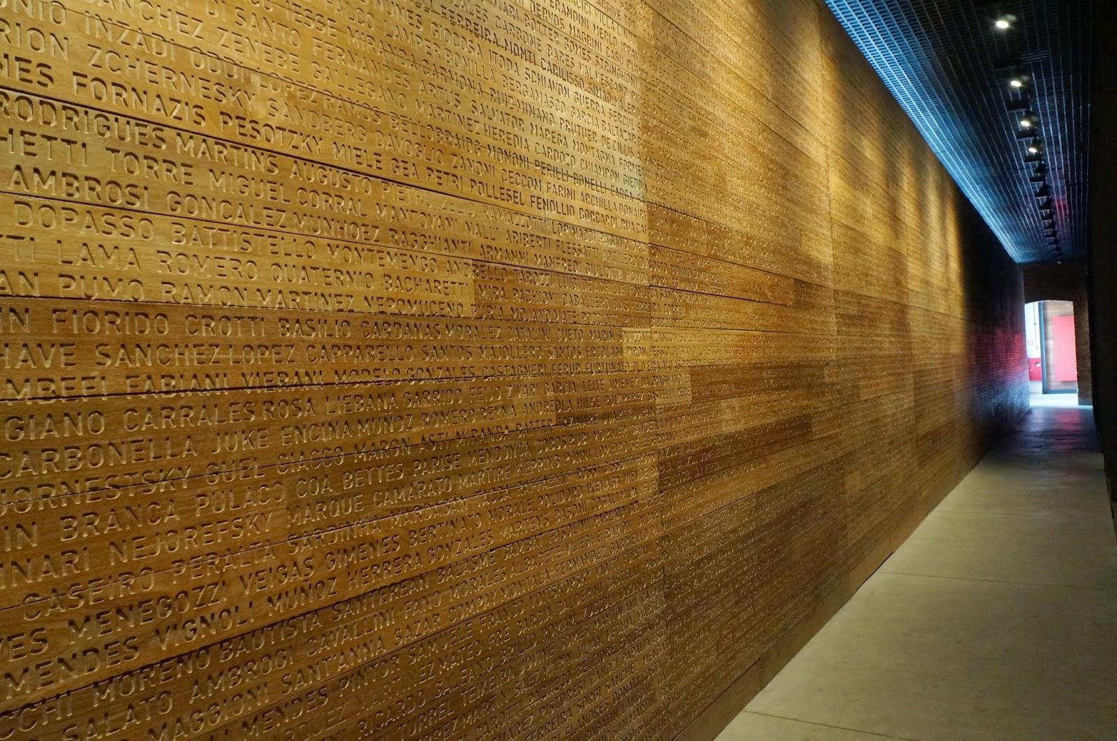 Museu da Imigração - SP: Grande paredão com sobrenomes das pessoas que passaram pela Hospedaria dos Imigrantes