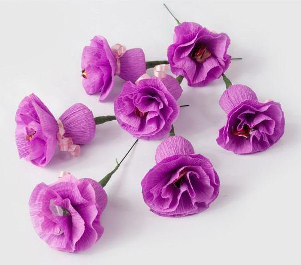 Цветы из бумаги с конфетой своими руками