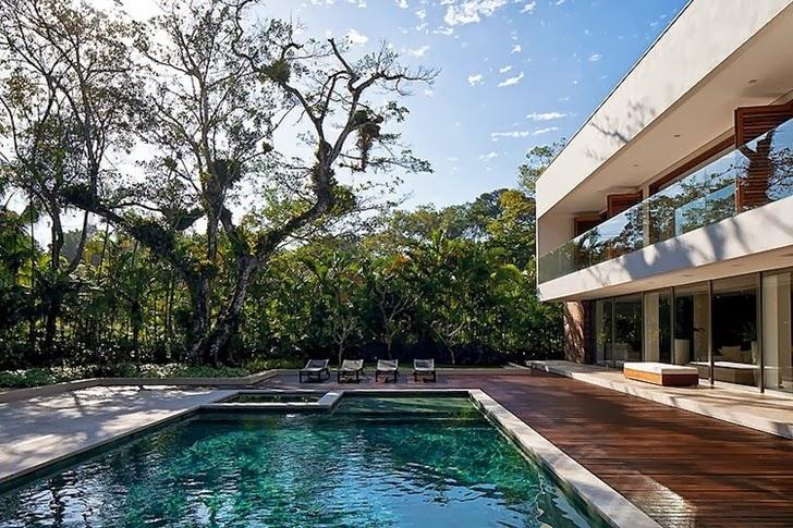 Swimming pool of Contemporary Iporanga House by Patricia Bergantin Arquitetura