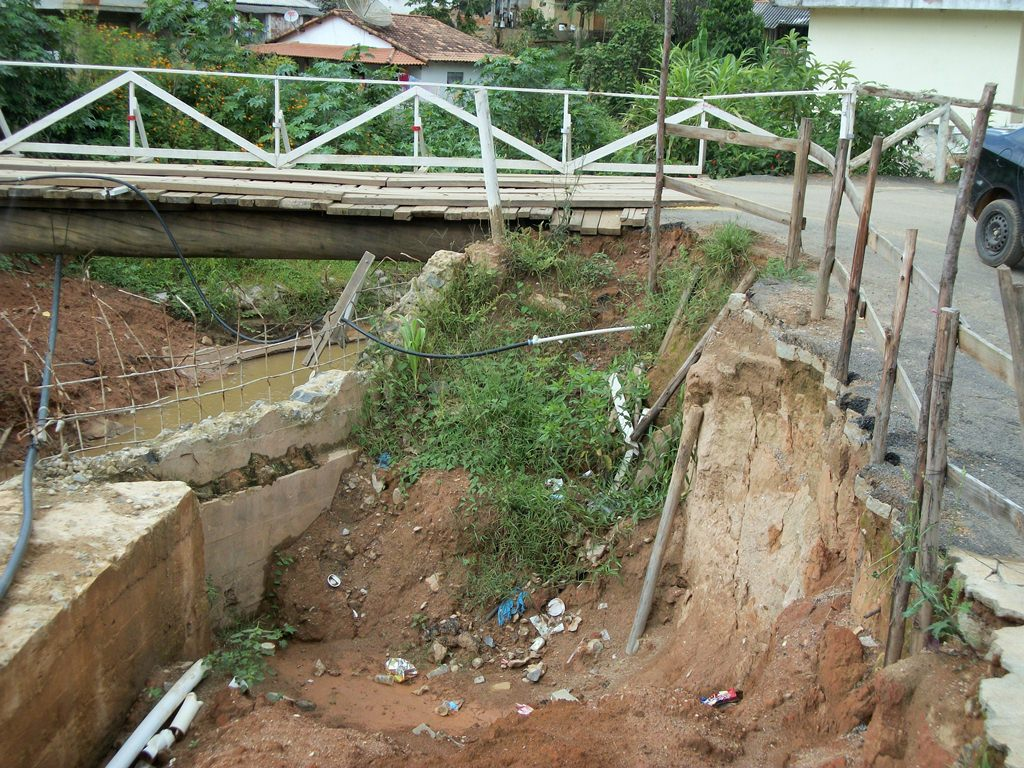 Ponte de Cruzeiro é de madeira e precisa reparos urgentes na localidade