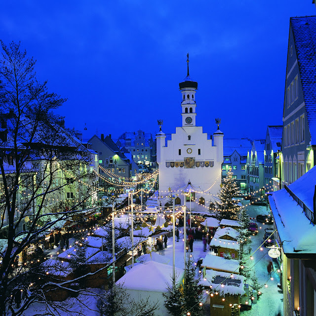 Welcome to the Kempten Christmas Market in the Town Hall Square. Photo: Courtesy of Bayern Tourism. Unauthorized use is prohibited.