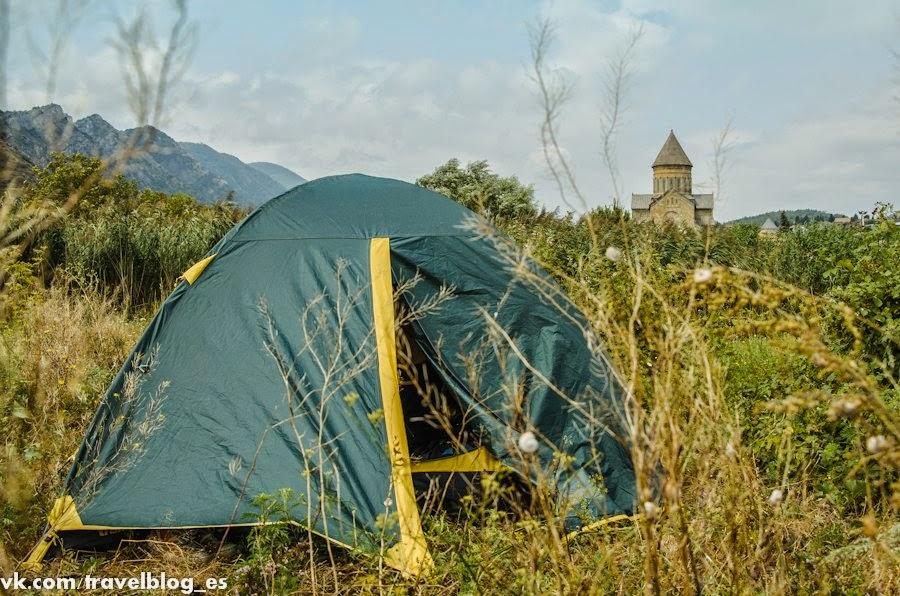 Наша палатка с видом на собор Светицховели
