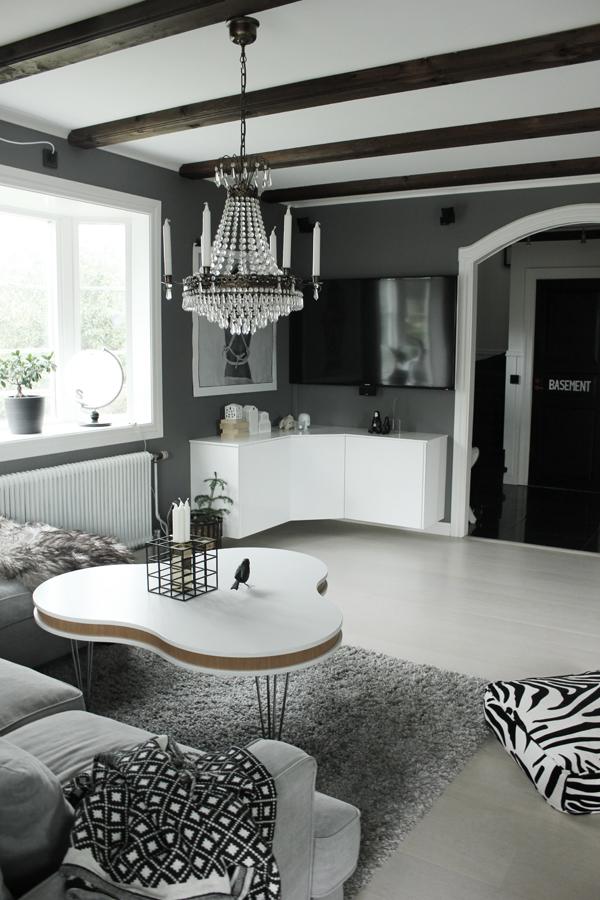 vardagsrum, soffbord, treklver bord, vitt, grått, svart och vitt, svartvita detaljer, vardagsrummet, soffa, tygsoffa, tygsoffor, mio, valv, kristallkrona, fågel, inredningsblogg, bloggar, fårskinn, webbutik, webbutiker