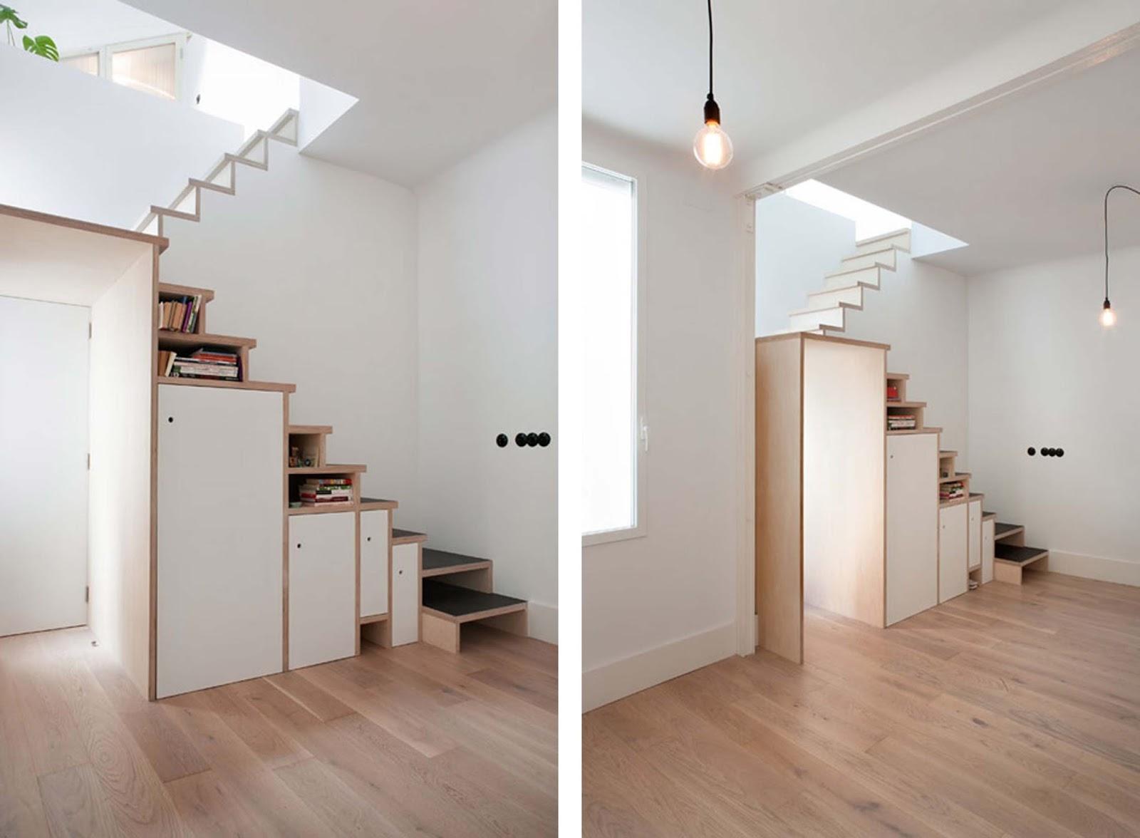 Scala libreria che incornicia la porta di un appartamento for Coprigradini per scale in legno ikea