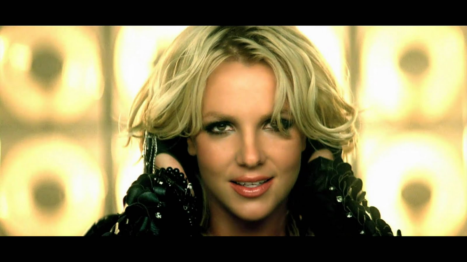 http://1.bp.blogspot.com/-ZzqgwHFPLc8/TnbFlWf7EGI/AAAAAAAADuo/nfOFfb17mHY/s1600/Britney-Spears-Till-The-World-Ends-Mero_mp4_snapshot_01_35_2011_04_07_14_00_14.jpg