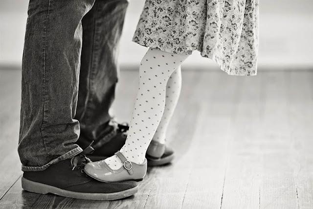 Padre e hija Recrean viejas fotos de la boda para despedirse de difunta esposa y madre