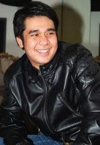 gambar jaket kulit hitam yang digunakan olga saat tersenyum