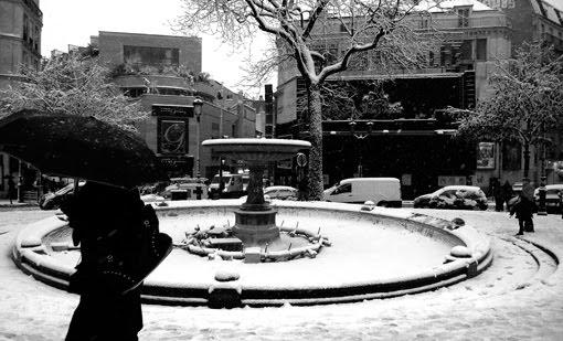 Pigalle place neige blanche paris