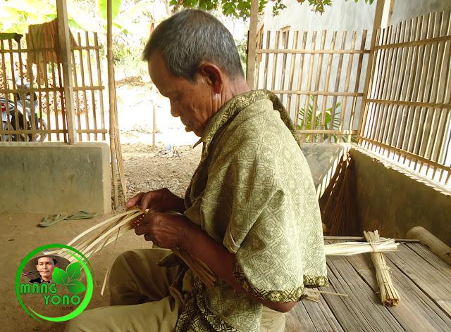 Cara membuat anyaman aseupan / kukusan dari bambu. Foto kakek admin sedang menganyam aseupan