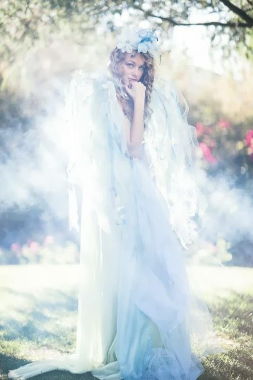 Fotografia Emily Soto modelo Sarina Nash fada entre flores ensaio fashion