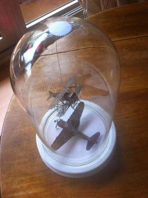 maquette-avion-métal-sous-globe